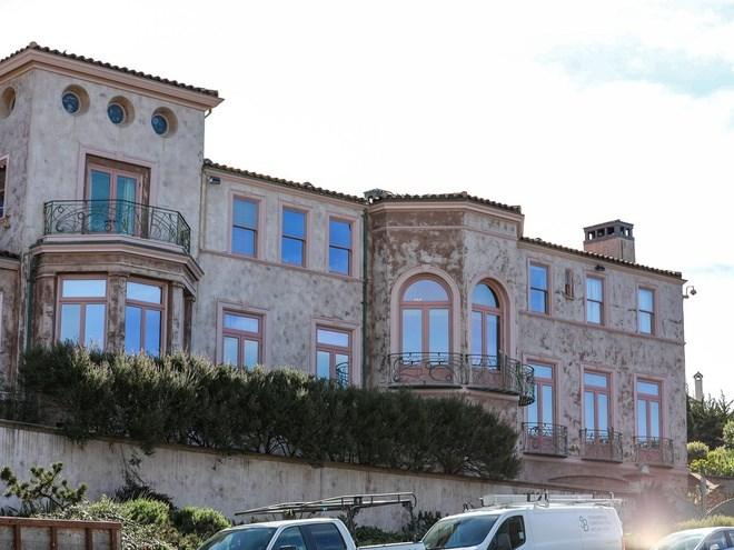 Cách đó không xa là dinh thự màu hồng với 18 phòng ngủ được xây vào năm 1926 nằm trên diện tích 0,2 hecta. Căn nhà hiện không được rao bán nhưng ước tính trị giá 6-10 triệu USD, theo trang Zvel và Redfin.