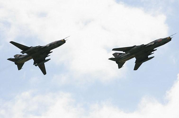Nhiệm vụ chính thiết kế ban đầu của Su-22 là chi viện hỏa lực đường không tầm thấp nên vũ khí chủ yếu phục vụ cho tấn công mặt đất, vì thế việc nâng cấp để chúng có thể tác chiến đa năng vẫn rất hạn chế.