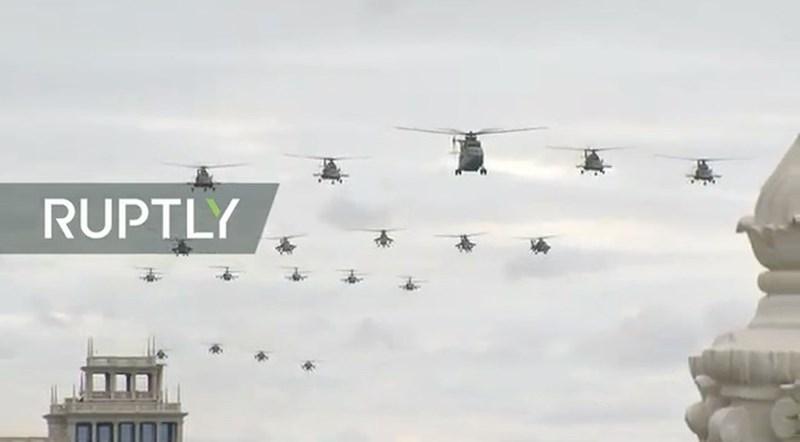 Hình ảnh phi đội trực thăng hỗn hợp của không quân Nga. Dẫn đầu là trực thăng khổng lồ Mi-26. Đây là loại trực thăng lớn nhất thế giới hiện nay.
