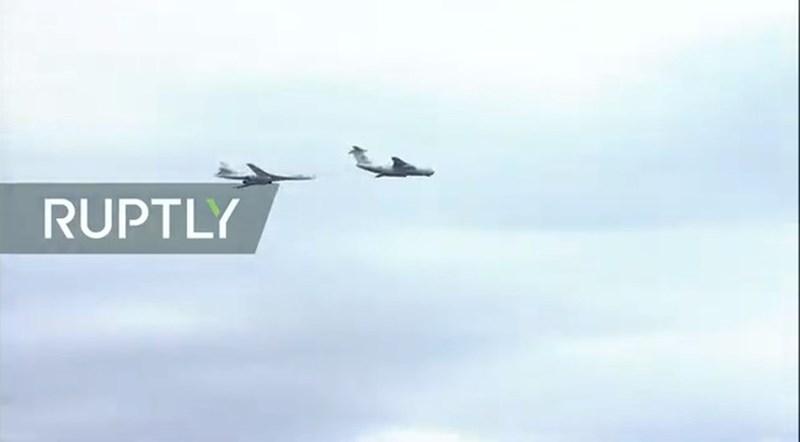 Hình ảnh máy bay tiếp dầu IL-78 và oanh tạc cơ Tu-160. Hiện Nga đang có kế hoạch sản xuất tiếp những phiên bản Tu-160M2 để tăng cường lực lượng không quân ném bom chiến lược.