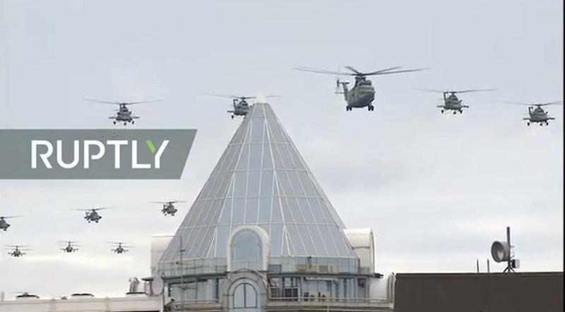 Theo sau là các trực thăng đa năng Mi-8 và phía xa xa là trực thăng tấn công Mi-28.