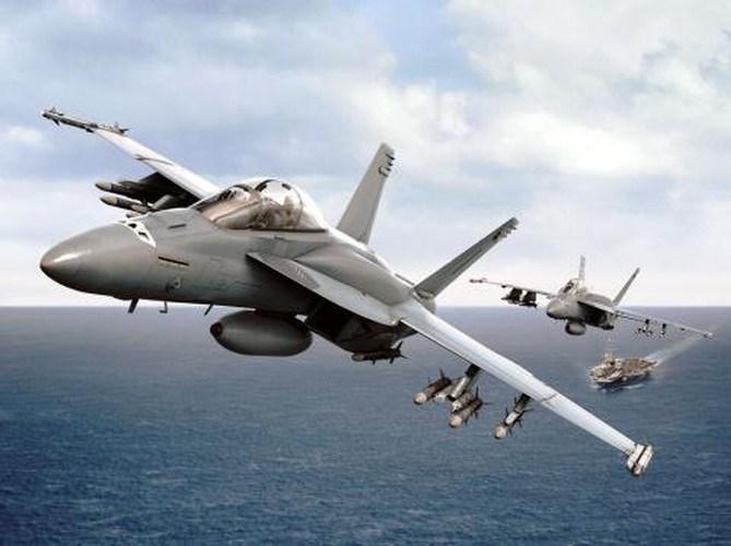 F/A-18 Block III Super Hornet có thể lắp thêm bình nhiên liệu phụ trên lưng với sức chứa 1.590 kg giúp máy bay tăng tầm bay trong khi không ảnh hưởng tới tính năng khí động học.