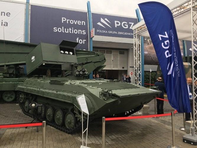 Khung gầm của tổ hợp tên lửa chống tăng này là xe chiến đấu bộ binh BWP-1 (phiên bản BMP-1 do Ba Lan sản xuất) hoặc đặt trên khung xe cơ sở của pháo tự hành K9 Thunder mà Ba Lan mua của Hàn Quốc.