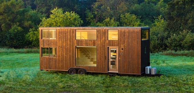 Ngôi nhà nằm trên một xe kéo bằng thép dài 9 m, rộng 2,6m, nặng tổng cộng khoảng 5.000 kg với diện tích 36 m2. Khách có thể tùy chọn sang phiên bản Escape XL Wide rộng hơn 0,3m và cao hơn 1,8m với giá 74.500 USD có bố cục tương tự. Ảnh: Escape Homes.