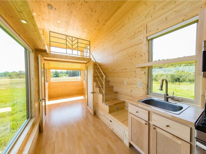 Ngôi nhà bằng gỗ lấy cảm hứng từ Nhật Bản với trần cao 3,4 m và 2 gác xép. Các không gian kết nối với gác xép bằng cầu thang hoặc thang tích hợp. Mỗi gác xép có trần cao gần 1,5 m. Ảnh: Escape Homes.
