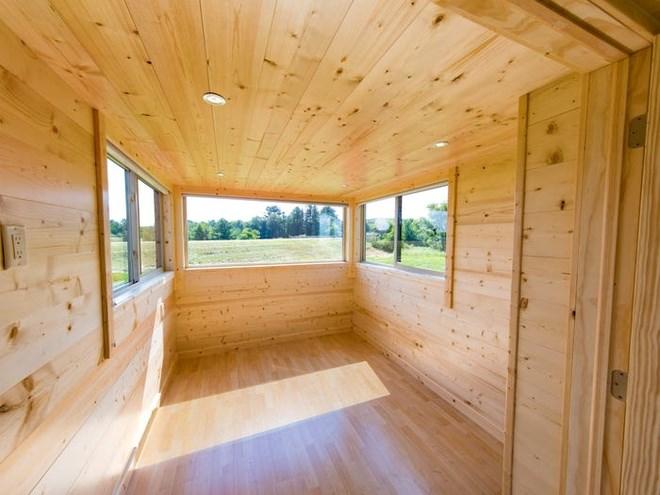 Phòng khách rộng rãi với cửa ra vào bằng kính và nhiều cửa sổ tạo không gian thoáng đãng. Ảnh: Escape Homes.