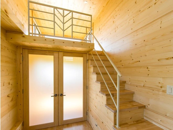 Tủ quần áo và ngăn kéo được thiết kế tích hợp thông với cầu thang giúp tiết kiệm diện tích. Ảnh: Escape Homes.