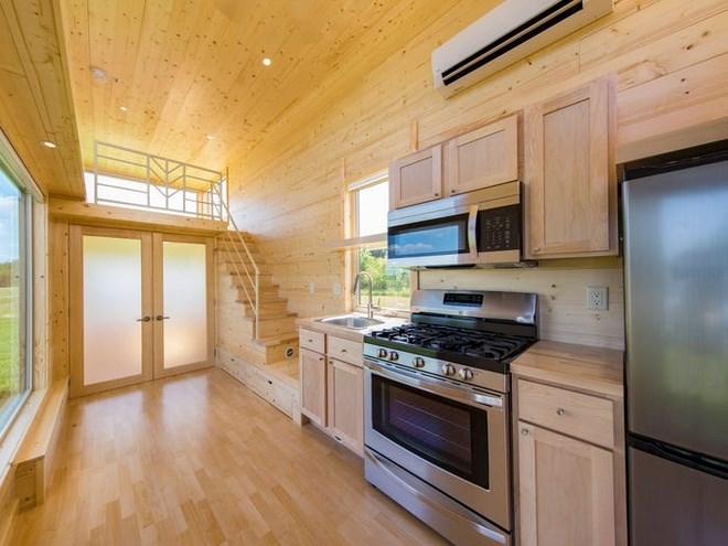 Nhà bếp được trang bị bồn rửa bằng thép không gỉ, tủ bếp và tủ lạnh. Những vật dụng khác như lò vi sóng, bếp, máy hút mùi và lò nướng có thể được thêm vào với chi phí bổ sung. Ảnh: Escape Homes.