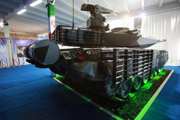 Hỏa lực chính của xe tăng Karrar là pháo 125 mm nòng trơn được tích hợp hệ thống nạp đạn tự động, tính năng của nó theo đánh giá thì tương đương pháo 2A46M do Nga sản xuất.