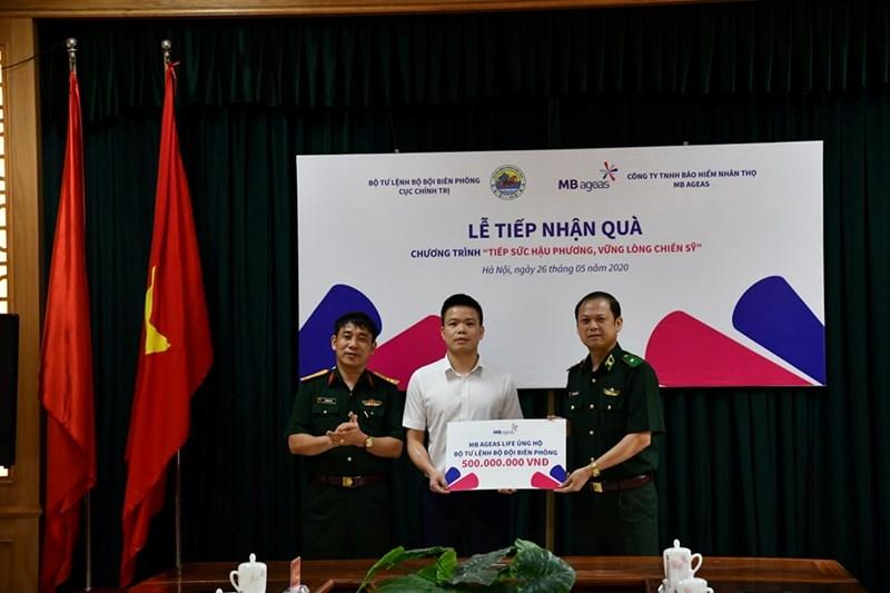 Ông Vũ Hồng Phú, Tổng giám đốc MB Ageas Life, đã trao tặng 500 triệu đồng ủng hộ cho các chiến sỹ bộ đội biên phòng có hoàn cảnh gia đình khó khăn.