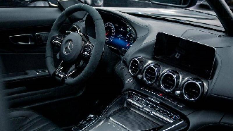 Một số bộ phận khác ở GT R SpeedLegend cũng được đặt làm riêng như tấm hút gió làm bằng sợi carbon ở hốc bánh trước, ngoại hình xe được sơn đen mờ