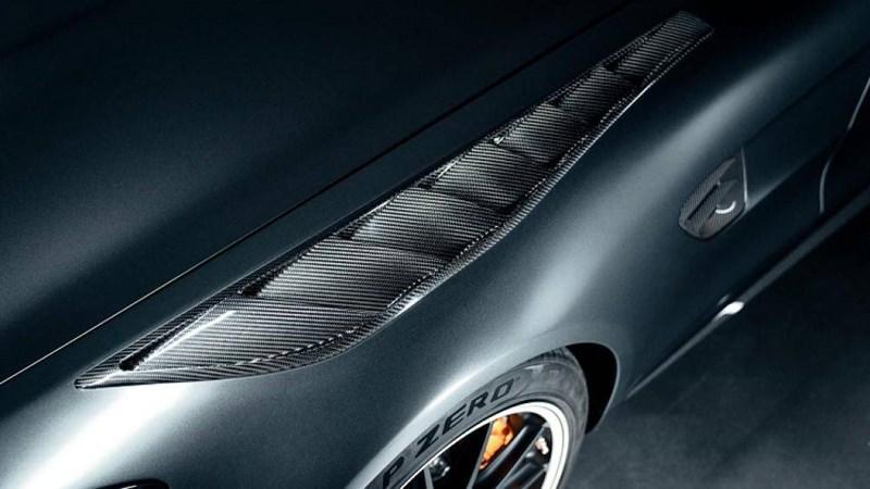 Thay vào đó là một khung chịu lực (speedbow) làm bằng sợi carbon nằm chính giữa khoang lái và nối với thanh chống lật phía sau 2 ghế