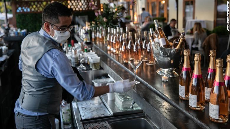 Nhân viên quán bar ở Greenwich, Connecticut. Ảnh: Ảnh:  Getty Images