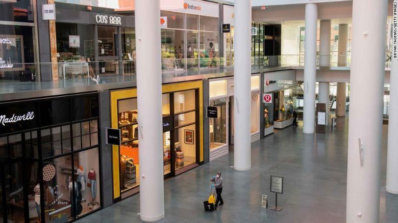 Một người lao công làm việc tại trung tâm thương mại Brookfield Plaza, New York. Ảnh: Getty Images