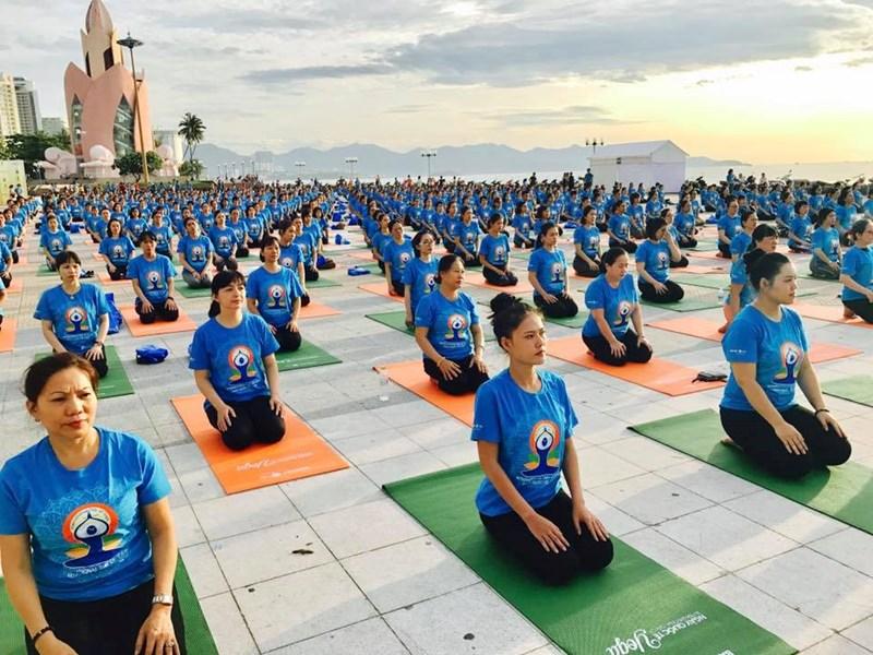 Ngày Quốc tế Yoga do Bảo Việt Nhân thọ tổ chức thu hút hàng ngàn người tham dự