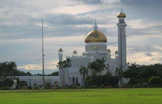Thu được nguồn lợi khổng lồ từ dầu mỏ, hoàng gia Brunei có mức sống xa xỉ khó tưởng tượng. Nổi tiếng ngông cuồng, Sultan cư ngụ trong cung điện Istana Nurul Iman, trị giá 1,4 tỷ USD; sở hữu 7.000 siêu xe bao gồm 600 chiếc Rolls-Royce và 300 chiếc Ferrary, và nhiều máy bay phản lực cá nhân. Ông cũng từng chi 21.000 USD cho một lần cắt tóc.