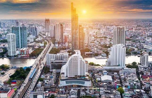 Tài sản của nhà vua Thái bao gồm nhiều bất động sản có giá trị tại thủ đô Bangkok, cổ phần trong nhiều tập đoàn ở Thái Lan và trên thế giới. Hằng năm, khối tài sản của hoàng gia lại tăng thêm hơn 3 triệu đô la Mỹ.