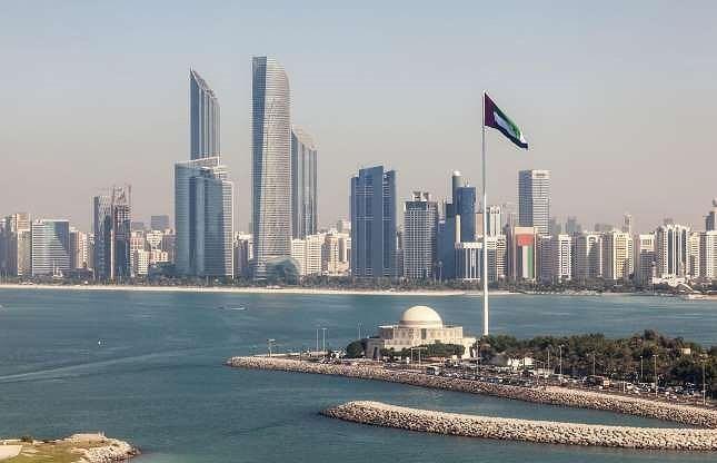 4. Hoàng gia Abu Dhabi: Có cùng nguồn gốc với nhà Maktoum của Dubai, nhà Nahyan đã nắm quyền trị vì Abu Dhabi từ năm 1973 đến nay. Theo các tổ chức tài chính thế giới, tài sản của hoàng gia lên tới 150 tỉ đô la Mỹ.