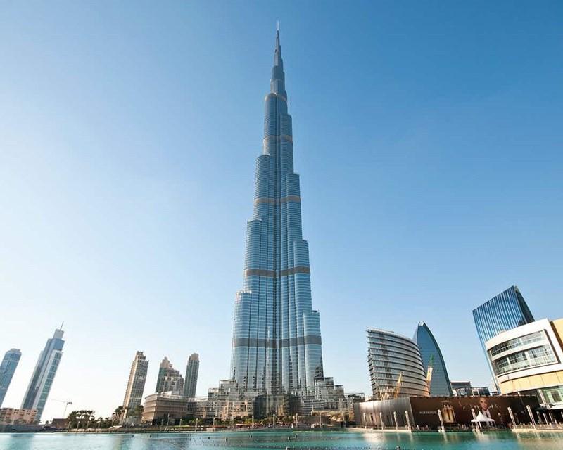 Đứng đầu hoàng gia là Sheikh Khalifa bin Zayed Al Nahyan. Ông là tổng thống của các vương quốc Ả Rập thống nhất từ 2004, là thành viên của Ủy ban đầu tư Abu Dhabi, làm chủ tài sản lên tới 875 tỉ USD, trong đó có tòa tháp cao nhất thế giới Burj Khalifa.