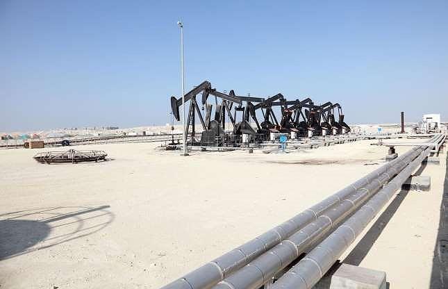 Bahrain là nước có nền kinh tế dầu mỏ đầu tiên tại vịnh Ba Tư. Kể từ lúc những giếng dầu đầu tiên được khai thác từ năm 1932, hàng tỉ đô la đã đổ về túi của gia tộc Khalifa.
