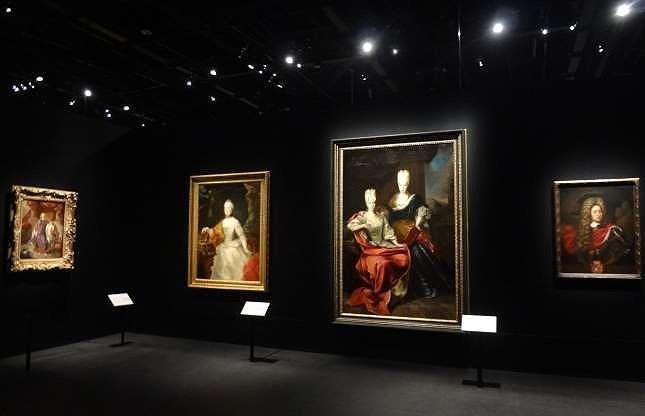Ngoài nguồn tiền chính từ ngân hàng, hoàng gia Liechtenstein sở hữu một danh mục tài sản khổng lồ, các công ty thịnh vượng và vô số khoản đầu tư sinh lợi khác, chưa kể đến bộ sưu tập nghệ thuật đẳng cấp thế giới với những kiệt tác của Raphael, Rembrandt và Van Dyck.