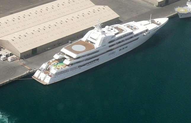 Quốc vương Rashid Al Maktoum nổi tiếng với tính cách hào phóng, từng chi hơn 100 triệu USD cho đám cưới đầu tiên của mình cũng như hàng tỷ đô la cho các quỹ từ thiện. Quốc vương cũng sở hữu hàng loạt tài sản xa xỉ ở châu Âu, trong đó có chiếc du thuyền lớn nhất thế giới.