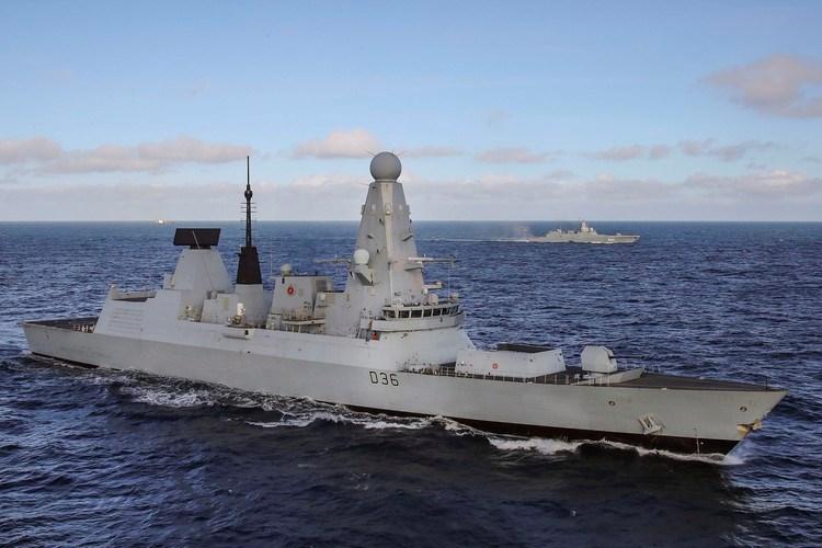 """""""Ngoài ra còn phải kể đến việc quân đội Nga kiểm soát cách tiếp cận của tàu nước ngoài tới biên giới của mình cách xa hàng trăm km và sẵn sàng đánh bại mọi mối đe dọa"""", trang Lenta cho hay."""