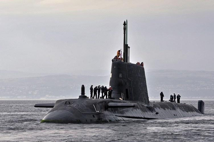 """""""Anh có thực sự tin rằng với một tàu ngầm 'phế liệu' (con tàu được lên kế hoạch nghỉ hưu vào năm 2019), đi kèm chỉ hai tàu khu trục là đủ gây ra mối đe dọa đối với Nga trong vùng lãnh hải của mình""""?"""