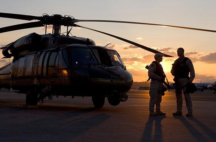 Giống như nhiều dòng trực thăng quân sự khác của Mỹ, UH-60M được trang bị các dòng súng máy như M134 minigun, M240 hoặc M2, bên cạnh đó ở một số biến thể UH-60M còn được gắn thêm cả tên lửa chống tăng AGM-114 Hellfire hoặc rocket phóng loạt 70mm Hydra 70.