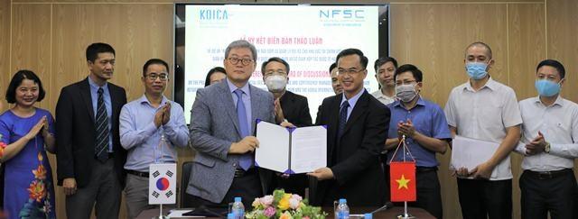 Đại diện KOICA và NFSC ký kết Biên bản thảo luận. Ảnh: KOICA
