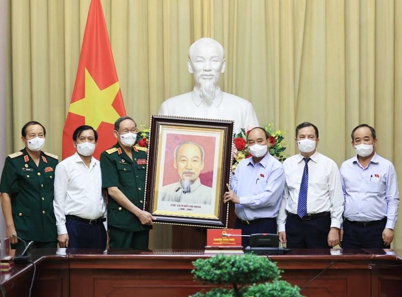 Chủ tịch nước Nguyễn Xuân Phúc tặng quà cho Hội nạn nhân chất độc da cam Việt Nam. Ảnh: VOV