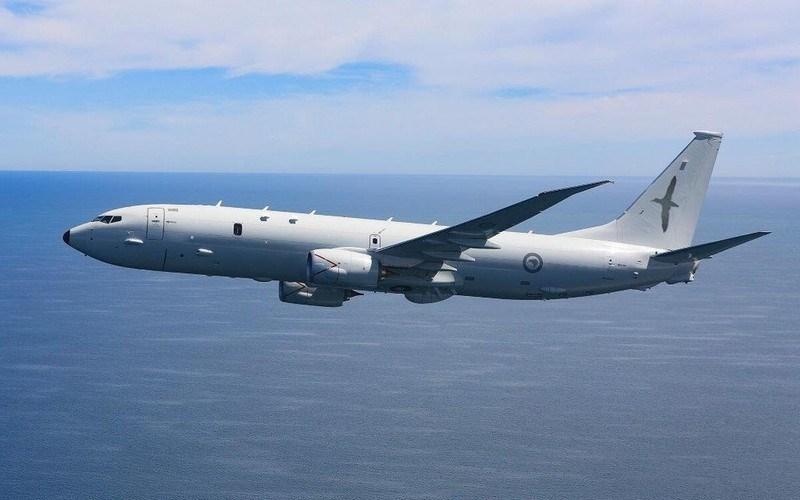 P-8A Poseidon có thể mang theo ngư lôi chống ngầm hạng nhẹ Raytheon Mk 54, tên lửa, bom rơi tự do, mìn, thuỷ lôi hoặc phao âm trong khoang chứa vũ khí ở phía dưới phần thân trước.