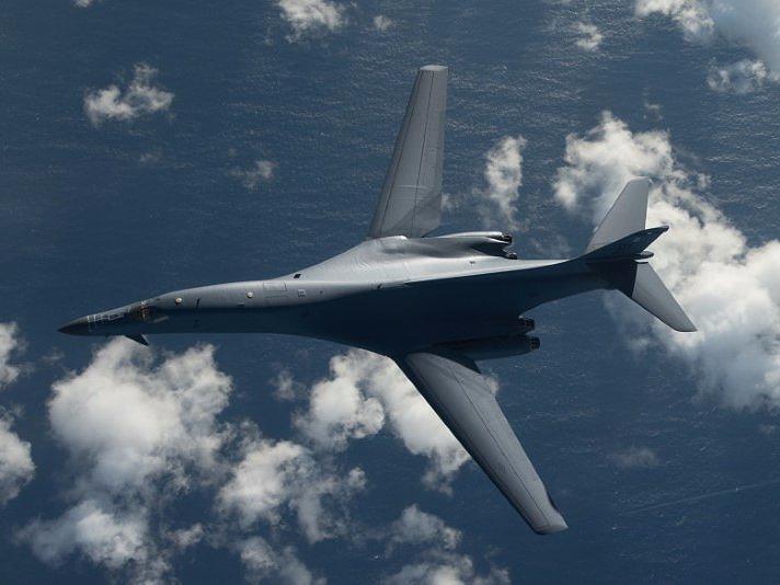 Oanh tạc cơ B-1B có chiều dài 44,5 m; sải cánh 41,8/24 m khi xòe/cụp; chiều cao 10,4 m; trọng lượng cất cánh tối đa 216.400 kg; vận tốc lớn nhất 1.340 km/h (Mach 1,25).