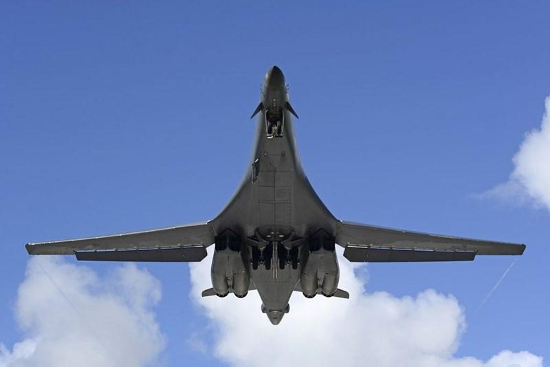 Hệ thống dẫn đường quán tính hỗ trợ hệ thống định vị toàn cầu cực kỳ chính xác, cho phép máy bay hoạt động mà không cần sự trợ giúp từ các thiết bị điều hướng trên mặt đất cũng như tham gia oanh kích nhiều mục tiêu với độ chính xác cao.