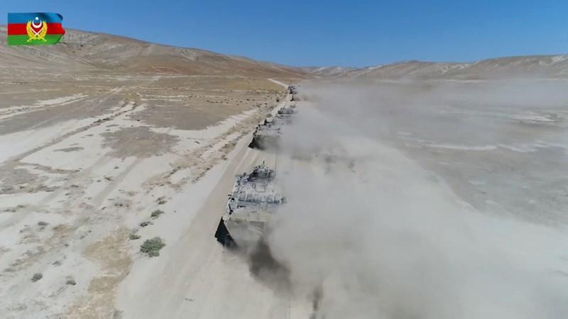 Các phân đội hỏa lực và đơn vị xe bọc thép thực hiện một cuộc tấn công đầy mạnh mẽ vào các vị trí của kẻ thù mô phỏng mà ai cũng biết đó chính là quân đội Armenia.