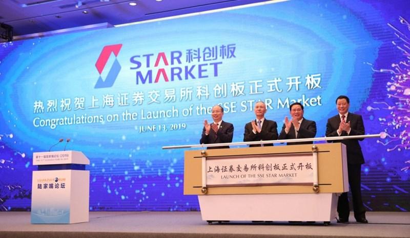 Phó Thủ tướng Trung Quốc Lưu Hạc (thứ hai từ trái sang) và các quan chức tại Lễ khánh thành sàn chứng khoán công nghệ cao SSE tại Diễn đàn Lục Gia Chủy ngày 13/6. (Nguồn: Tân Hoa xã)
