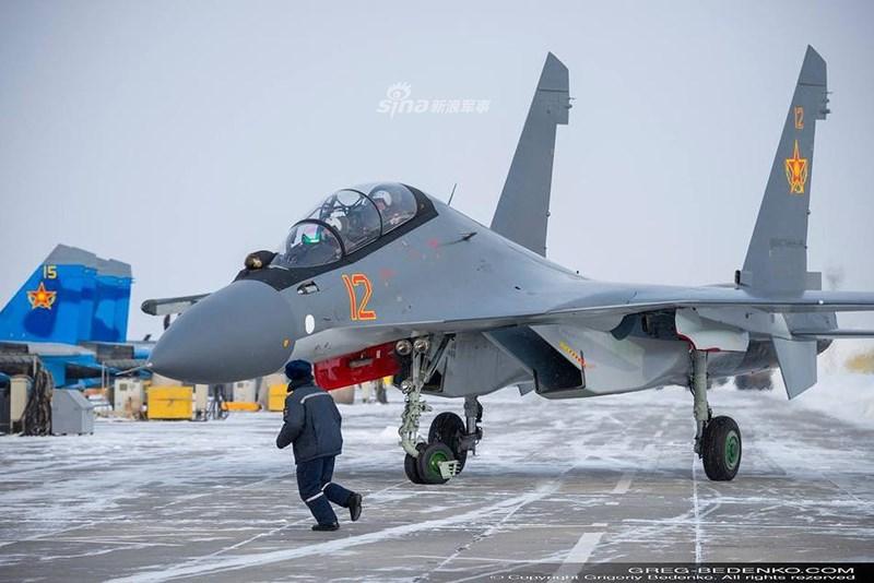 Trong đó KnAAZPO chịu trách nhiệm sản xuất tiêm kích hạng nặng một chỗ ngồi Su-27P và Su-27S, còn Irkut chế tạo phiên bản 2 chỗ ngồi Su-27UB, nhưng tất cả đều dùng chung thiết bị của nhau.