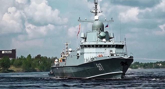 Karakurt được trang bị 4 radar mảng pha quét chủ động quay về các hướng tương tự như hệ thống Aegis của Mỹ, vũ khí của nó bao gồm tên lửa chống hạm Kalibr, tên lửa phòng không Pantsir-M và pháo AK-176MA cỡ 76,2 mm.