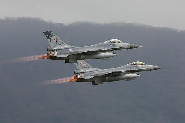 F-16V được cho là ưu việt hơn đáng kể so với các thế hệ F-16 cũ, kể cả biến thể F-16E/F Block 60 Desert Falcon thiết kế riêng cho Không quân Hoàng gia Các tiểu vương quốc Arab thống nhất, đây là phiên bản mạnh nhất trước khi F-16V ra đời.