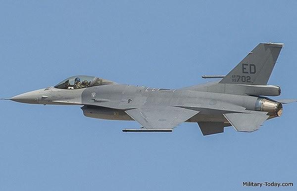 Ngoài khả năng mang tất cả các loại tên lửa, bom tiên tiến nhất, F-16V Viper còn được bổ sung pod ngắm bắn Sniper, nó sẽ tự động phát hiện, theo dõi mục tiêu cũng như cung cấp tọa độ GPS để dẫn đường cho vũ khí tấn công ngoài tầm phòng không điểm.