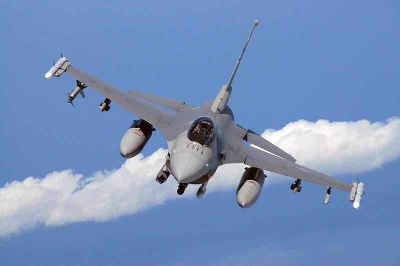 Ngoài ra, những chiếc F-16 Viper của Đài Loan còn có thêm một tính năng đáng lưu tâm khác, đó là nó được nâng cao khả năng tàng hình nhờ lớp phủ radar HAVE GLASS II (RAM).