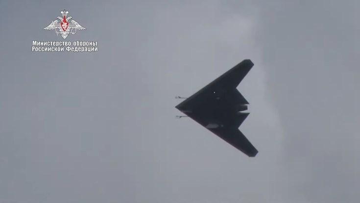 Bộ Quốc phòng Nga mới đây đã đăng tải những hình ảnh về chuyến bay thử nghiệm đầu tiên của chiếc máy bay chiến đấu không người lái (UCAV) tàng hình S-70B Okhotnik (Hunter-B).