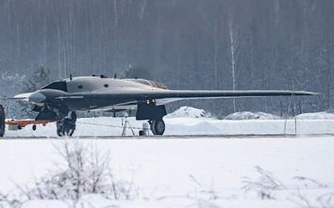 Chiếc Okhotnik đang phải dùng tạm động cơ AL-31F sử dụng trên tiêm kích Su-27, nó thậm chí còn chưa được lắp đặt AL-41F1S hay Izdeliye 30 dự định trang bị cho Su-57.