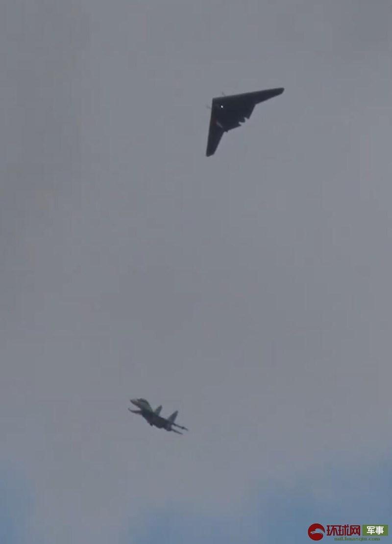 Trong chuyến bay thử nghiệm đầu tiên, để đề phòng rủi ro thì UCAV Okhotnik đã quyết định không thu càng đáp vào trong thân nhằm sẵn sàng cho tình huống hạ cánh khẩn cấp.