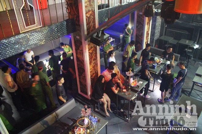 Tại đây có hơn 50 khách đang vui vẻ tại các bàn, tổ công tác đã lập biên bản và đưa 9 nam nữ có dấu hiệu nghi sử dụng ma túy về CAP Quang Trung để xử lý