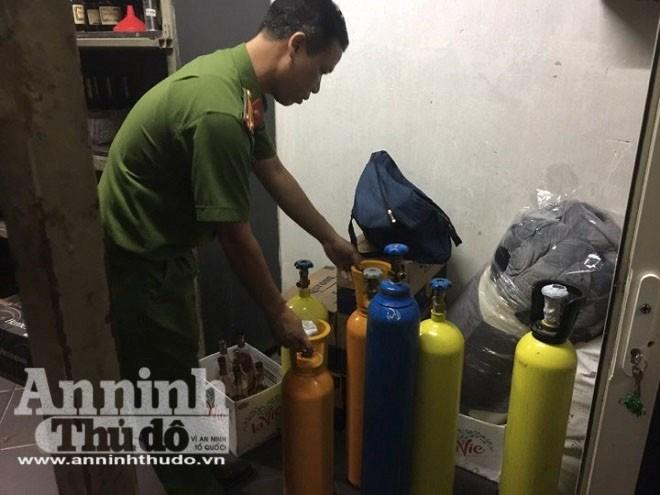 Đặc biệt, tại quánbar Airport ở Chùa Bộc, tổ công tác đã phát hiện 6 bình khí N20 và hàng trăm quả bóng tại khu vực quầy lễ tân