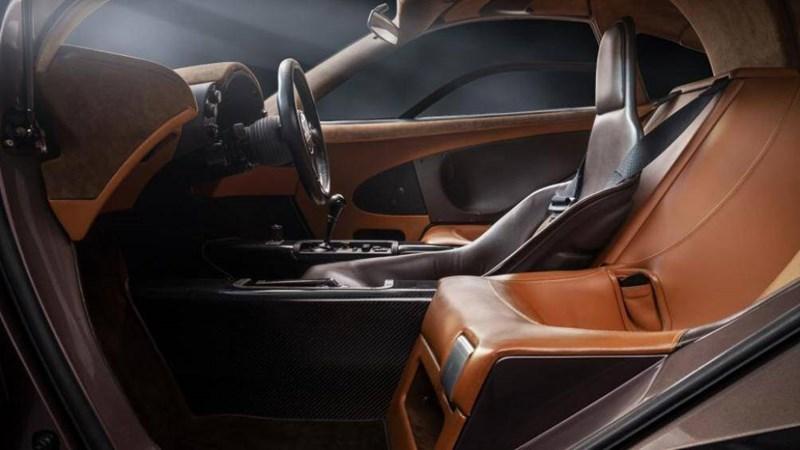 Nhờ sử dụng nhiều các vật liệu kỳ lạ như sợi carbon, kevlar, titan và thậm chí là vàng, siêu xe McLaren F1 chỉ nặng khoảng 1.240 kg