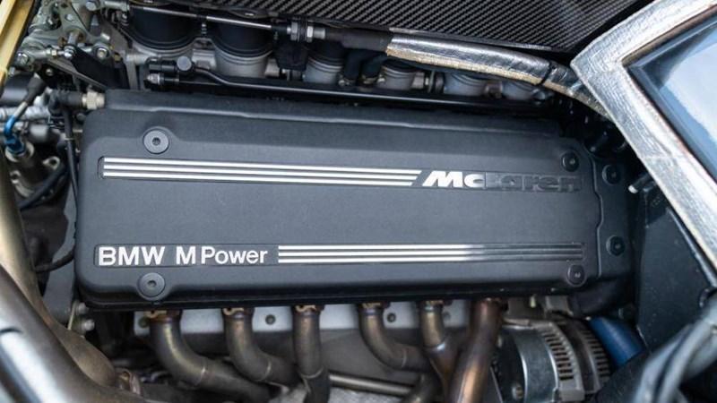Được thiết kế bởi Gordon Murray, F1 sử dụng động cơ hút khí tự nhiên V12 dung tích 6.1 lít đặt giữa, sản sinh công suất 618 mã lực và 650 Nm mô-men xoắn cực đại