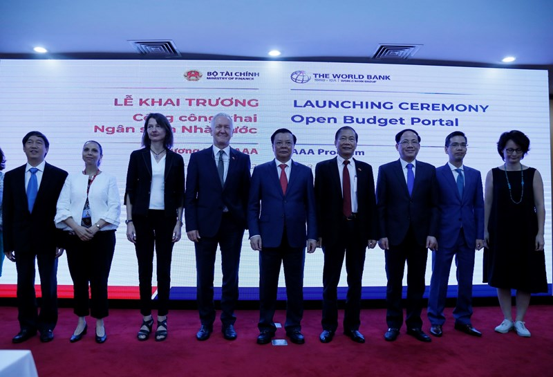 Bộ trưởng Bộ Tài chính Đinh Tiến Dũng cùng các đại biểu khai trương Cổng công khai ngân sách nhà nước.