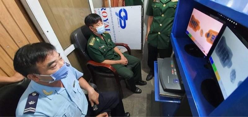 Lực lượng chức năng thực hiện kiểm tra hàng hóa qua hệ thống máy soi chiếu hành lý